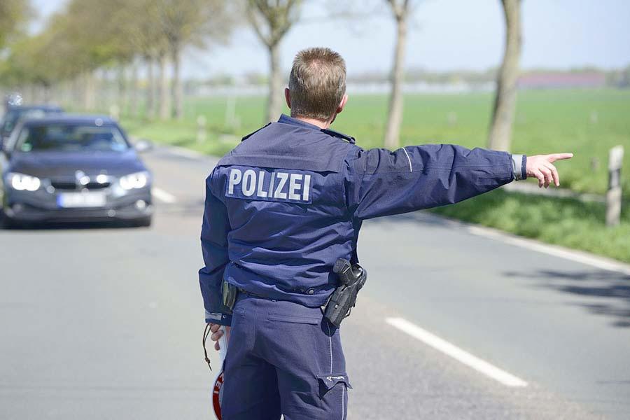 Strafverteidiger Dortmund | Polizist hält Auto an