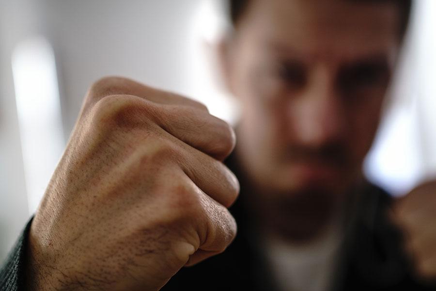 Strafverteidiger Dortmund | Mann droht mit seiner Faust