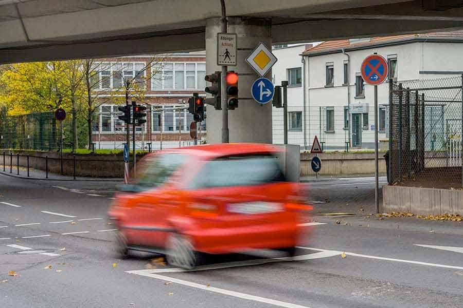 Strafverteidiger Dortmund | Auto überfährt eine rote Ampel